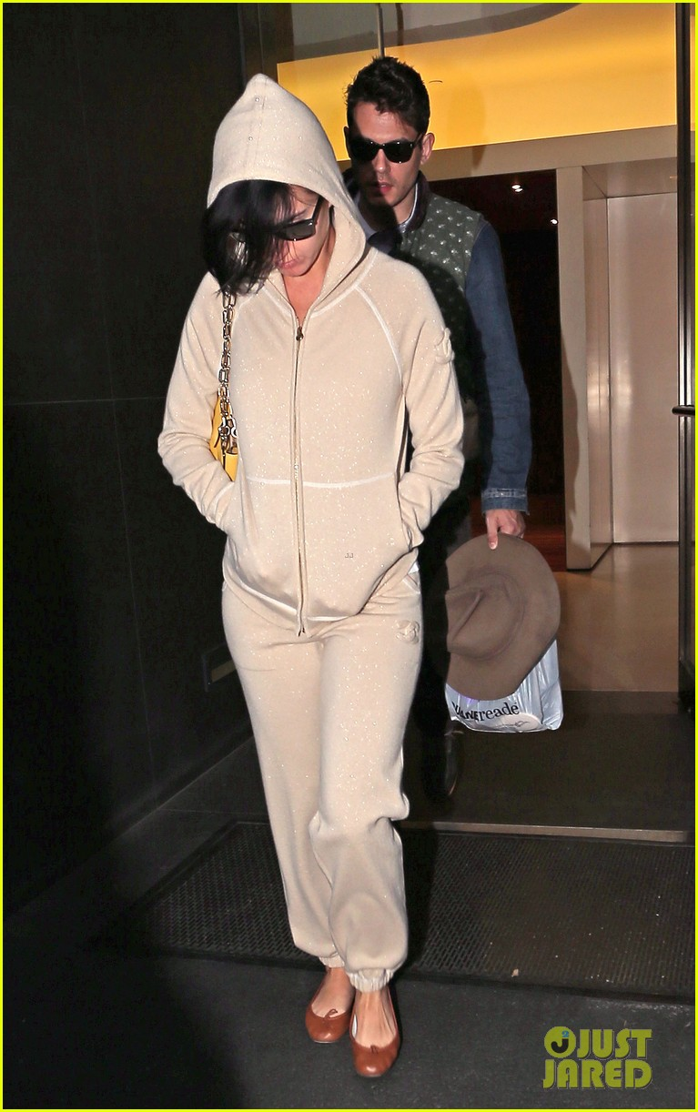 katy perry low key apartment exit with john mayer 10