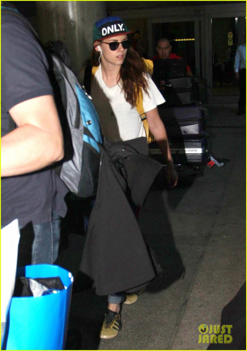 kristen stewart robert pattinson separate lax landings 17