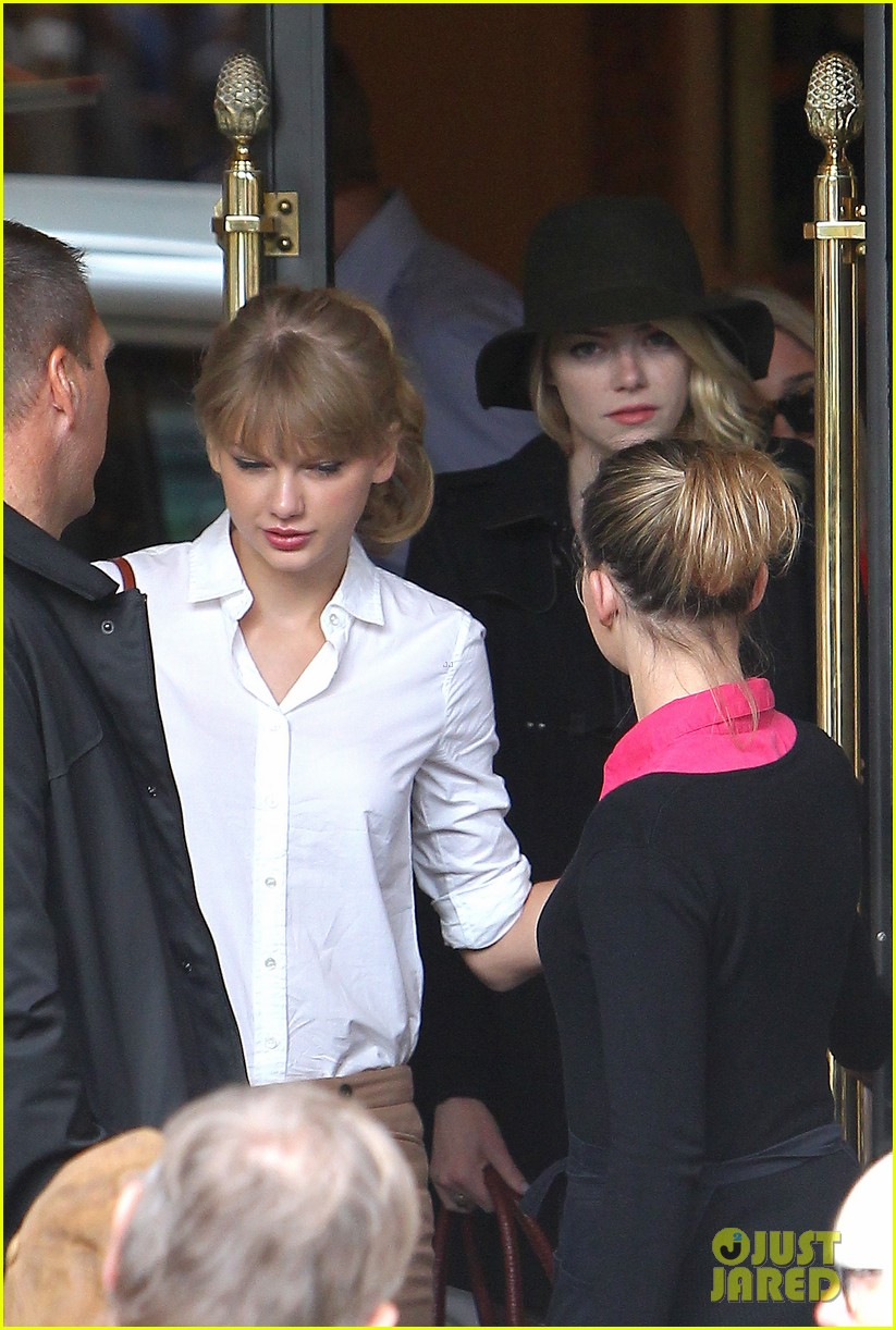taylor swift emma stone lunch in paris 02