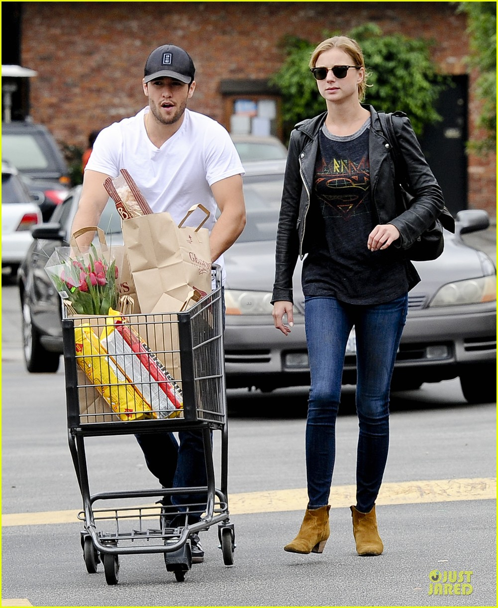 emily vancamp joshua bowman grocery shopping duo 01
