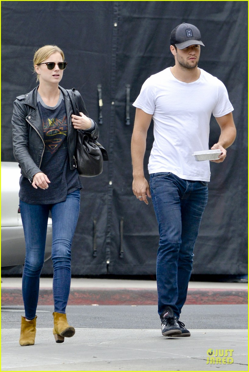 emily vancamp joshua bowman grocery shopping duo 072741686