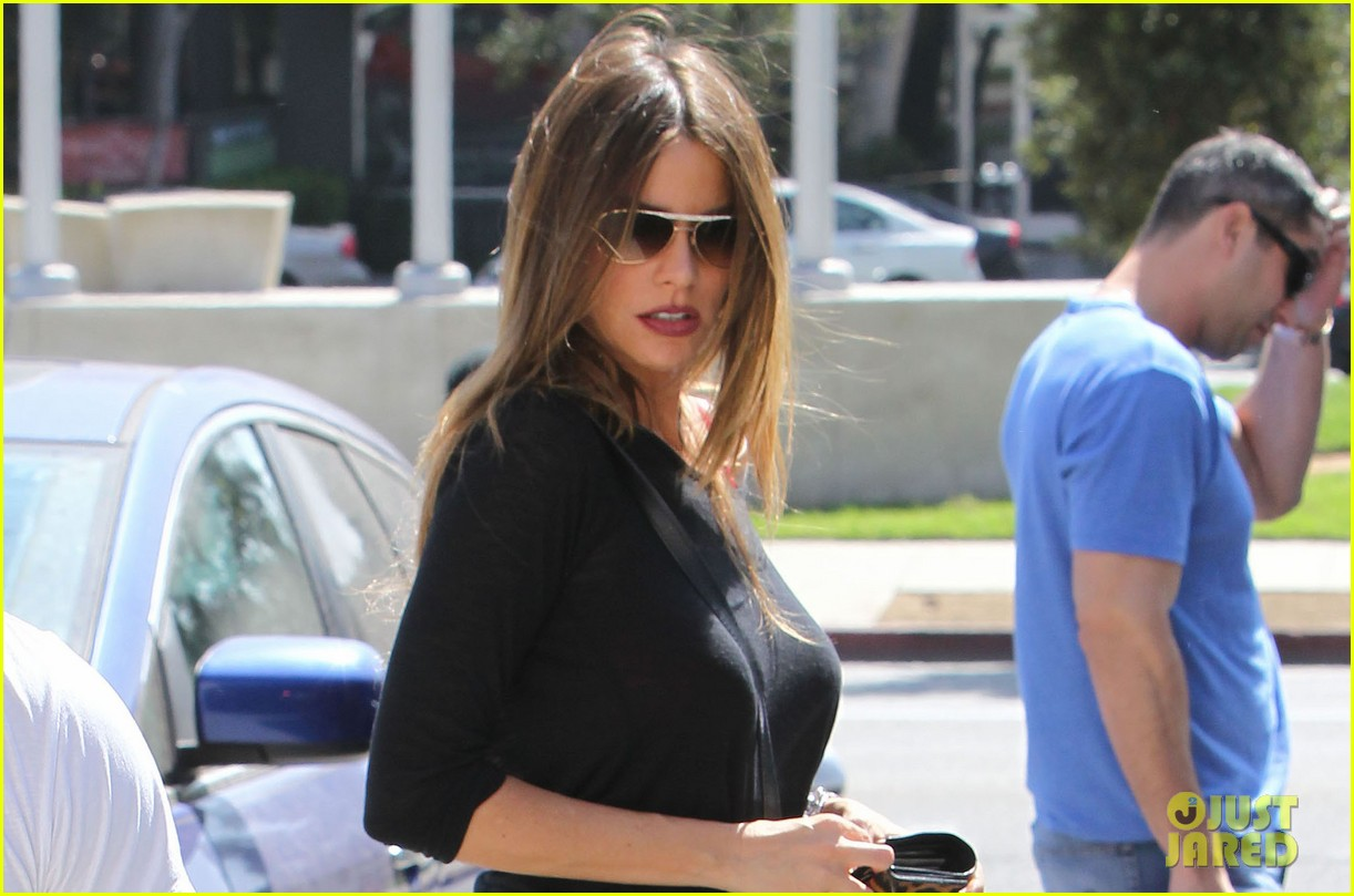 sofia vergara barneys beanery football game 02