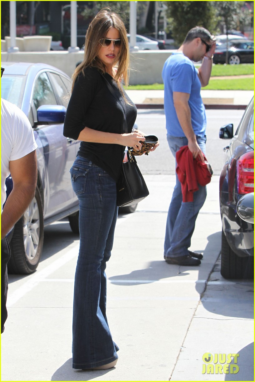 sofia vergara barneys beanery football game 04