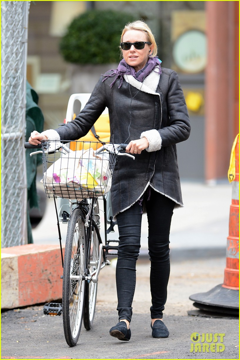 naomi watts bike ride in big apple 15