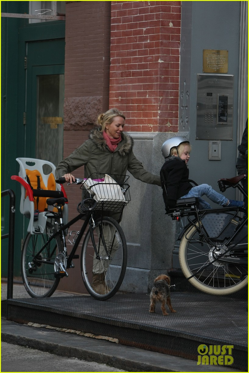 naomi watts sunday stroll family 23