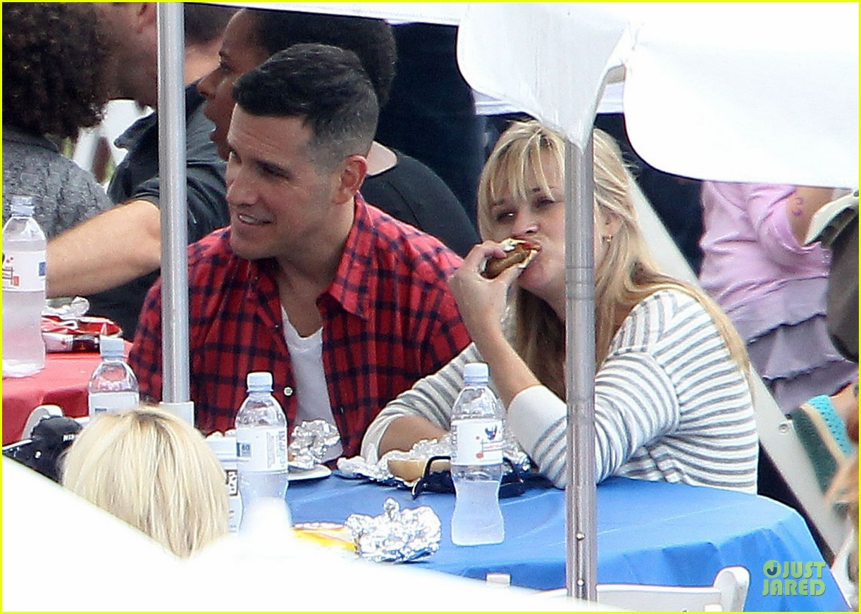 reese witherspoon jim toth carnival couple in brentwood 06