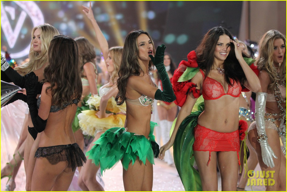adriana lima alessandra ambrosio victorias secret fashion show 2012 03