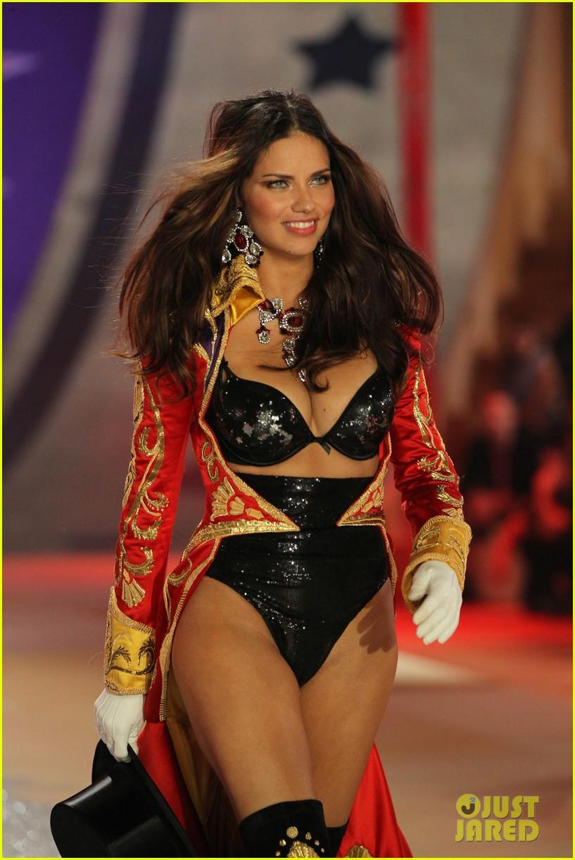 adriana lima alessandra ambrosio victorias secret fashion show 2012 162753066