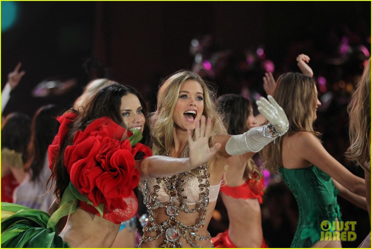 adriana lima alessandra ambrosio victorias secret fashion show 2012 232753073