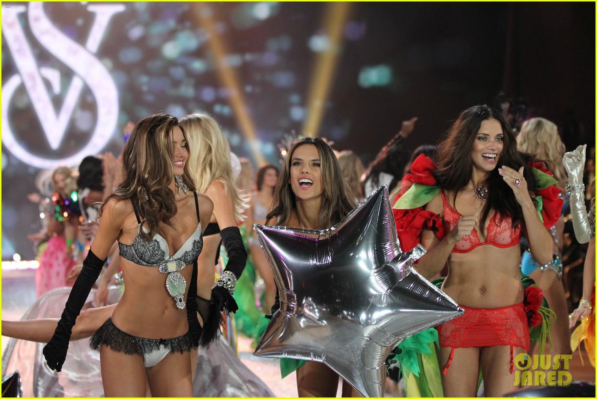 adriana lima alessandra ambrosio victorias secret fashion show 2012 24