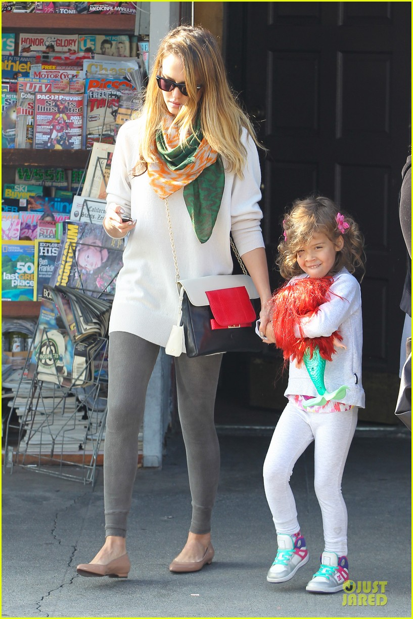 jessica alba holiday shopping with honor 072763769