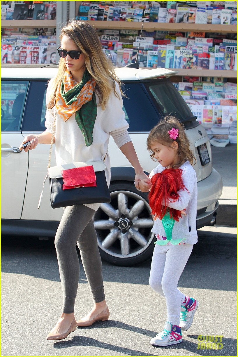 jessica alba holiday shopping with honor 132763775