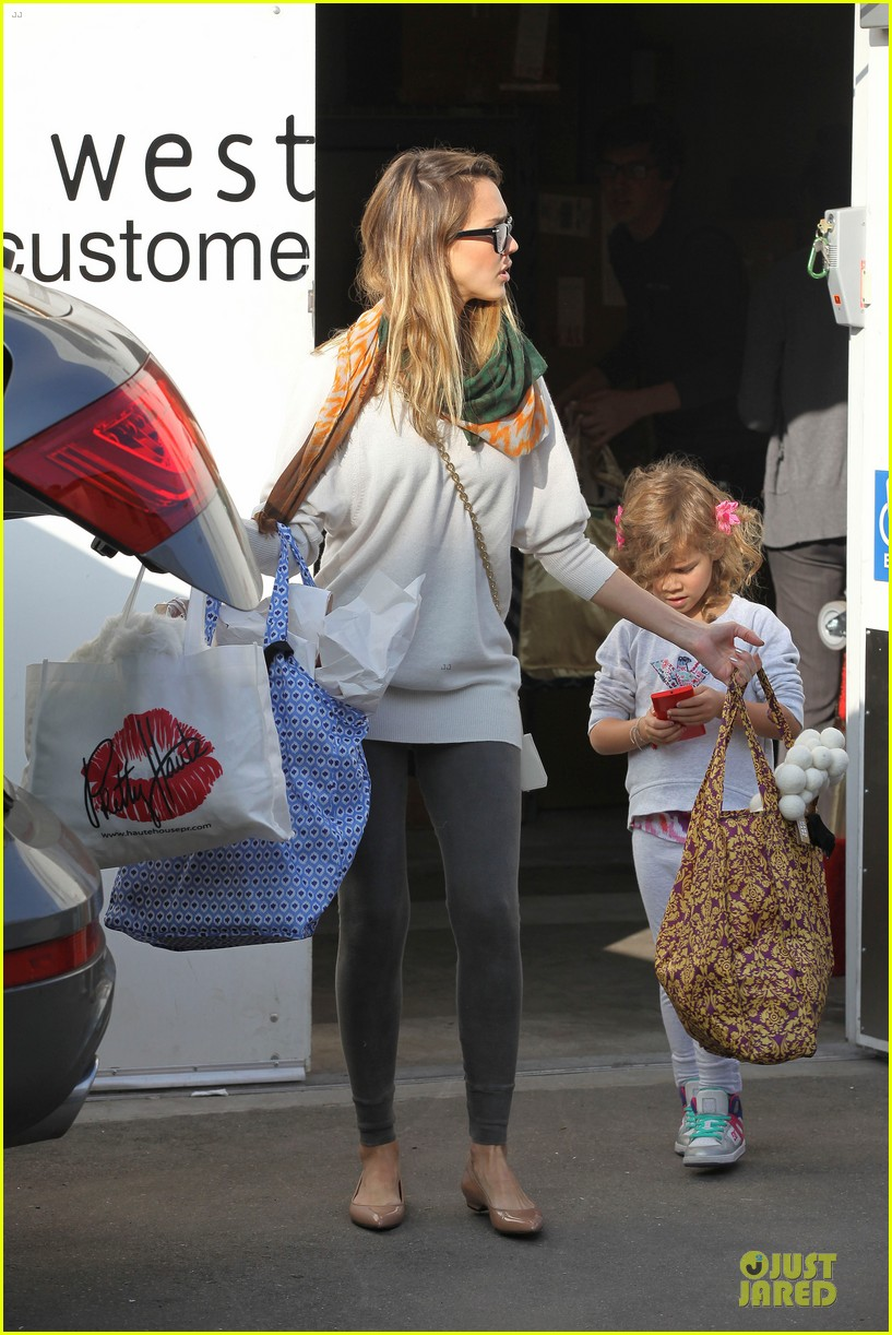 jessica alba holiday shopping with honor 25