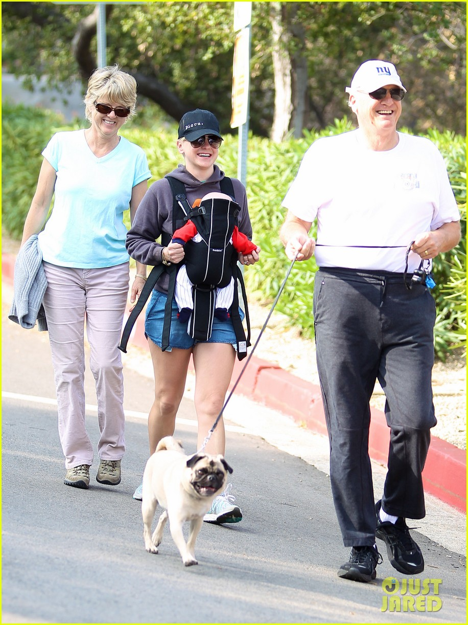 anna faris family walk with baby jack 02