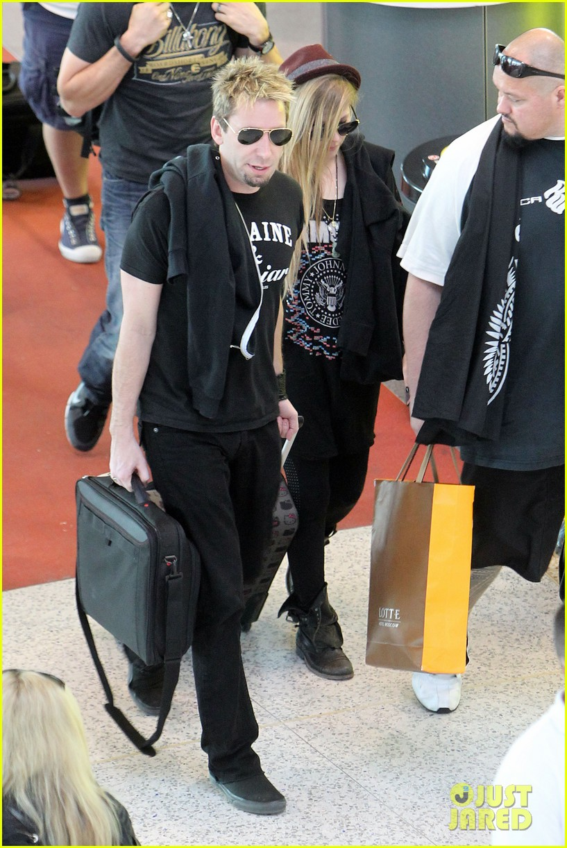 avril lavigne accompanies fiance chad kroeger on tour 19