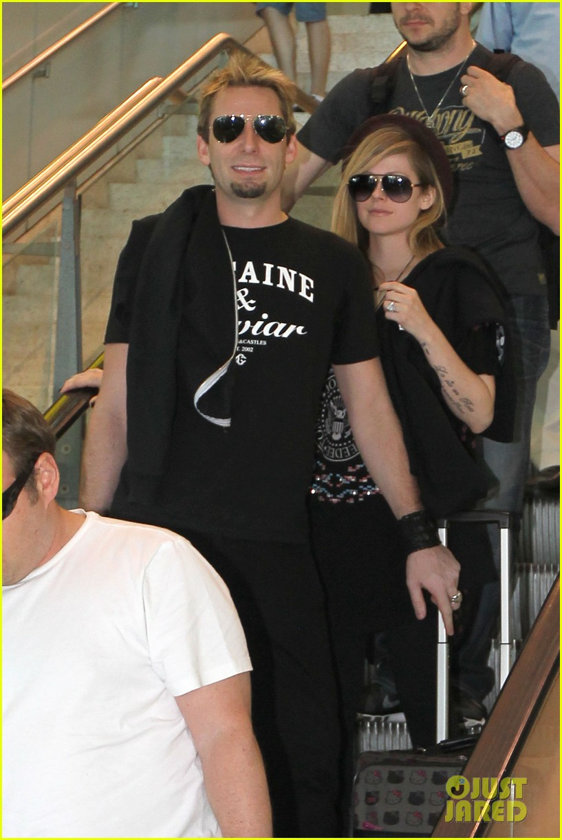 avril lavigne accompanies fiance chad kroeger on tour 25