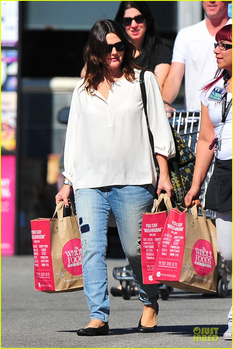 drew barrymore appreciates whole foods with a hug 16