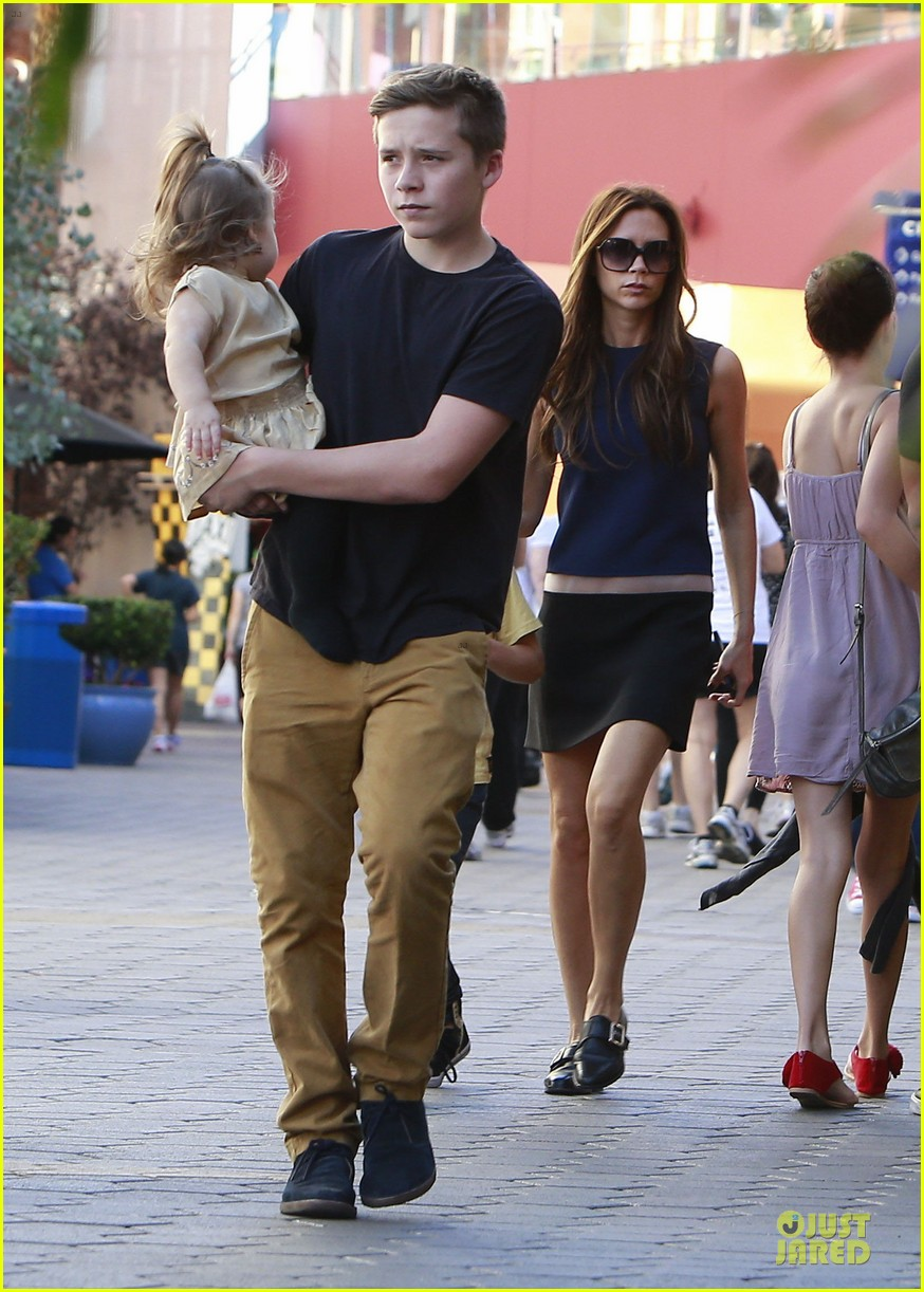 victoria beckham universal city walk with the kids 06