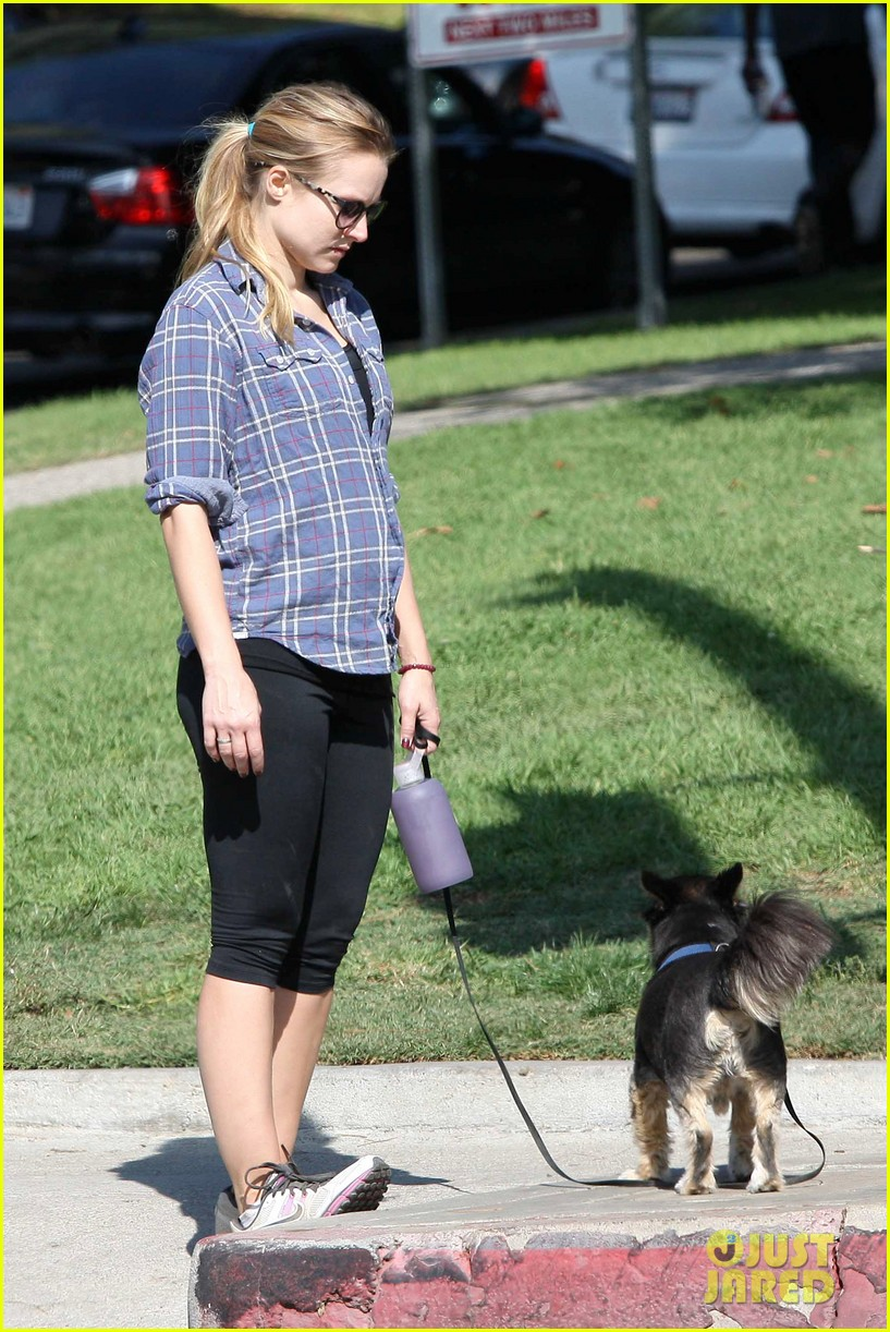 kristen bell debuts tiny baby bump 112751663