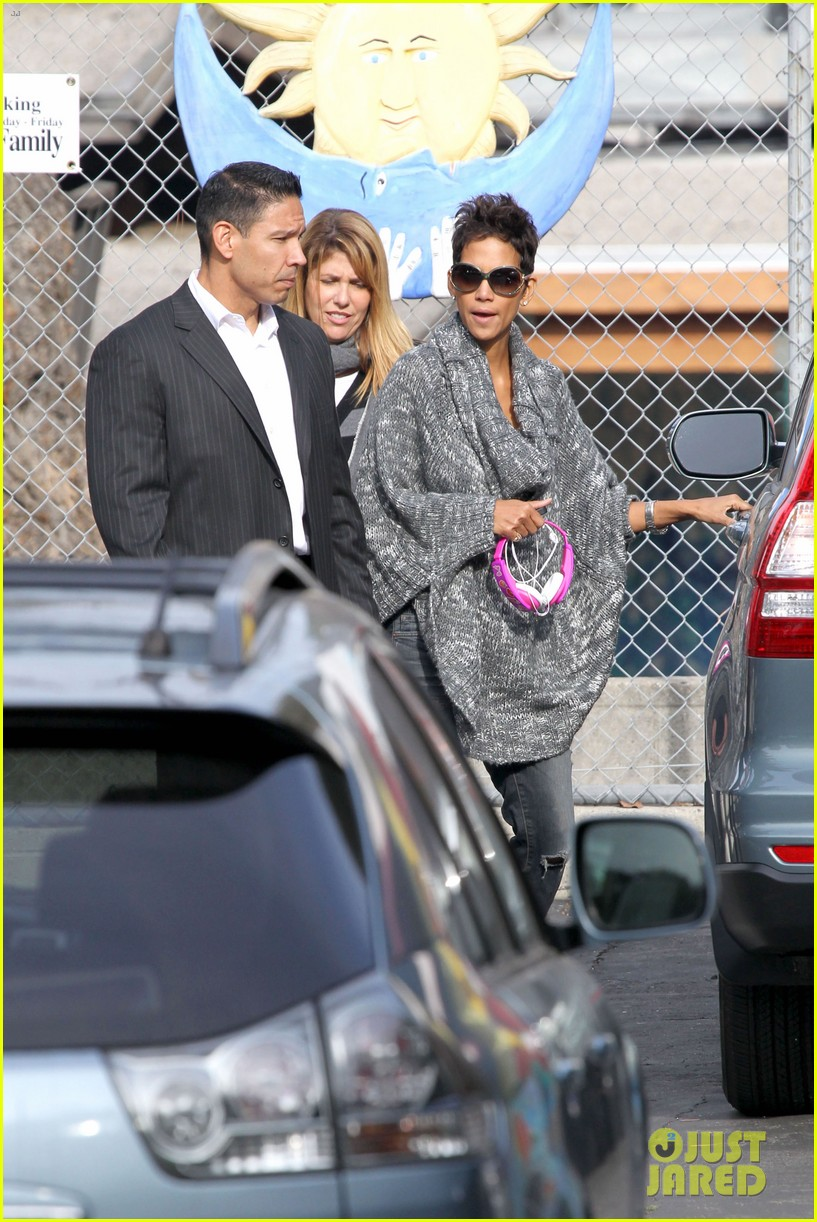 halle berry drops nahla off at school 07
