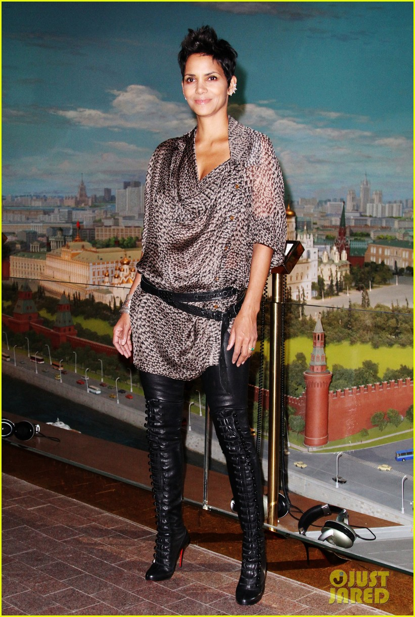 halle berry cloud atlas moscow premiere photo call 01