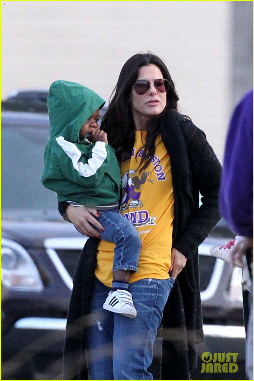 sandra bullock camila alves hang out with the kids 02