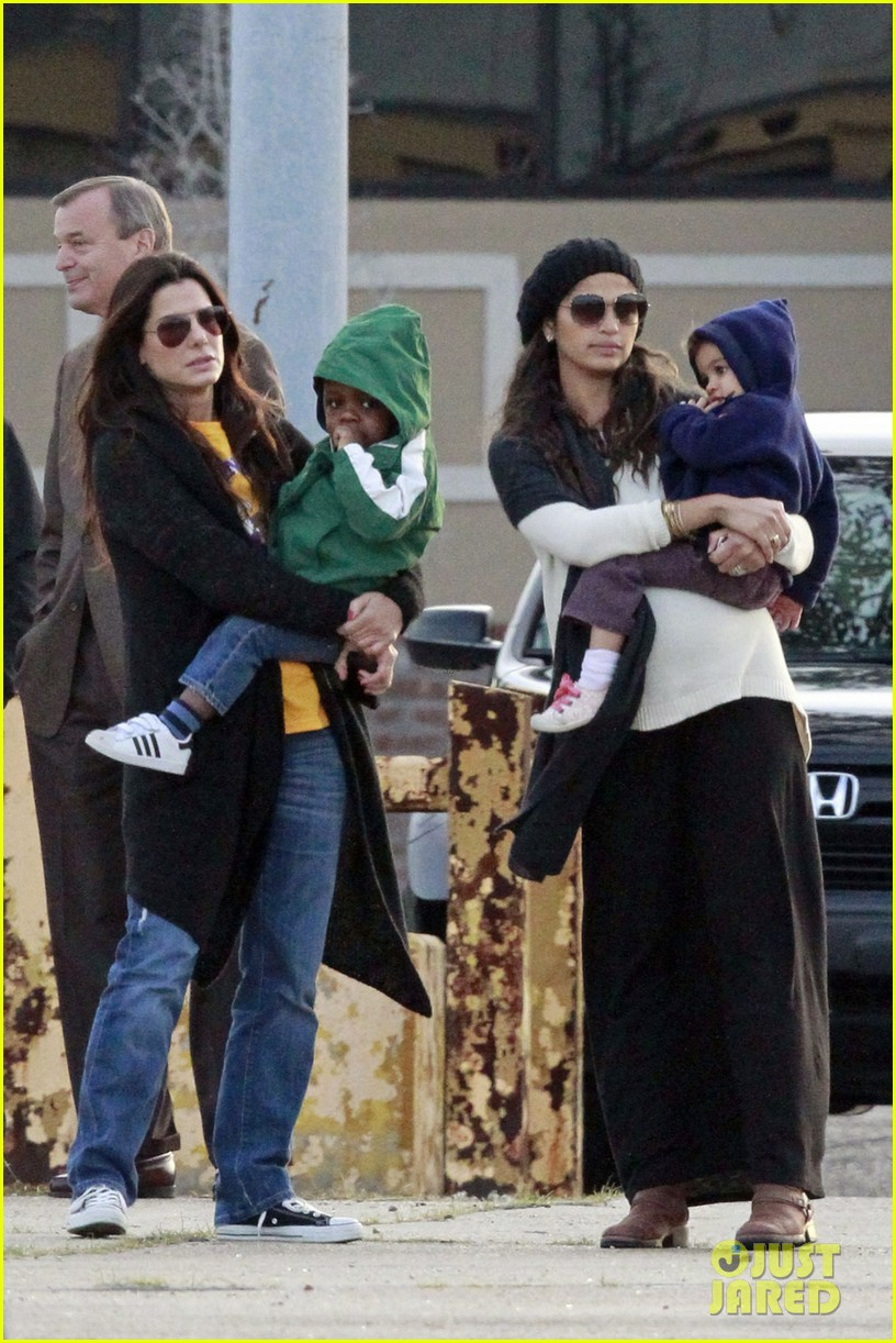 sandra bullock camila alves hang out with the kids 09