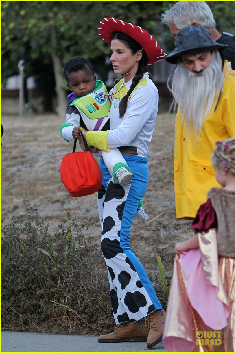 sandra bullock louis toy story halloween duo 03
