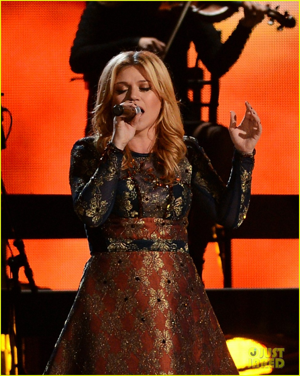 kelly clarkson live performance cmas 01