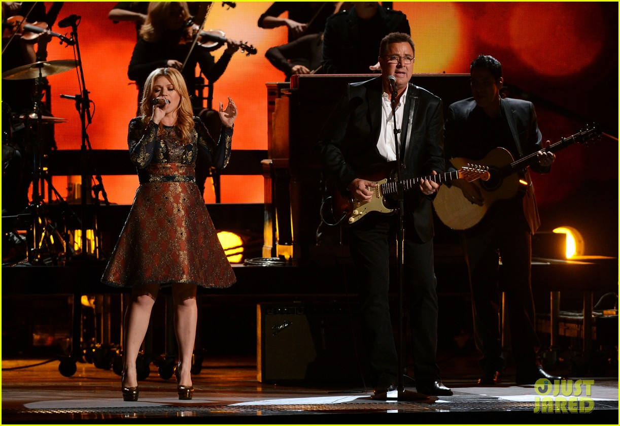 kelly clarkson live performance cmas 04