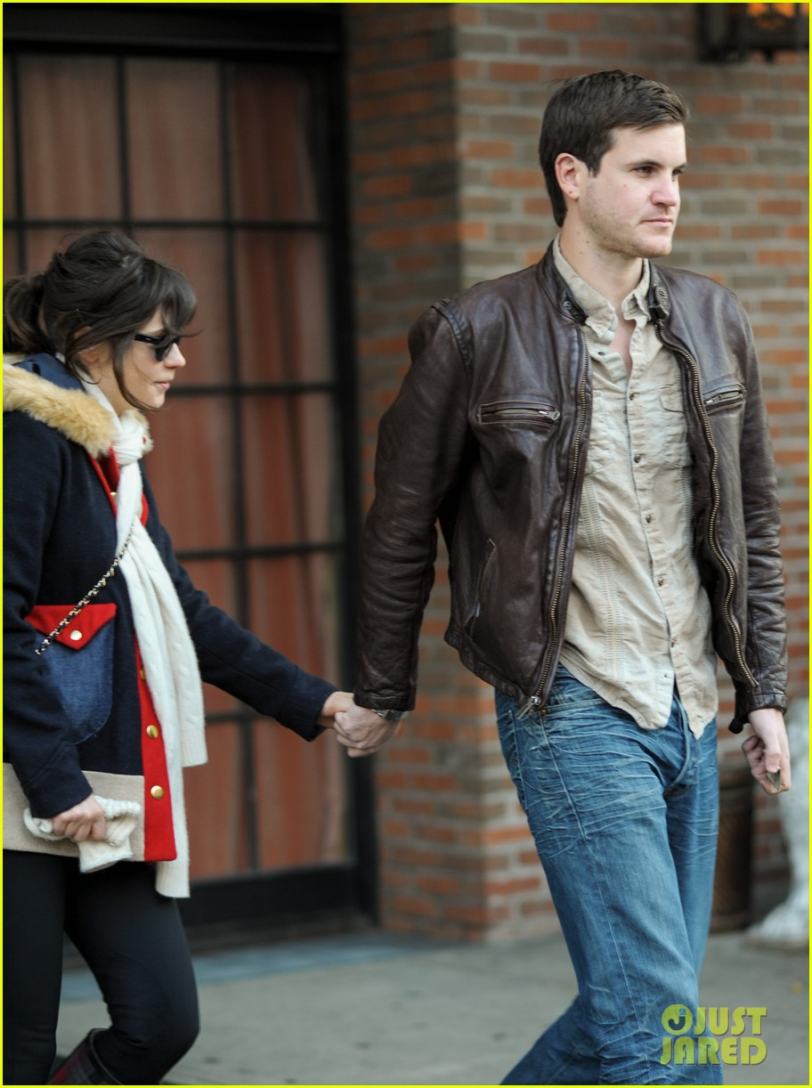 zooey deschanel jamie linden holding hands in nyc 05