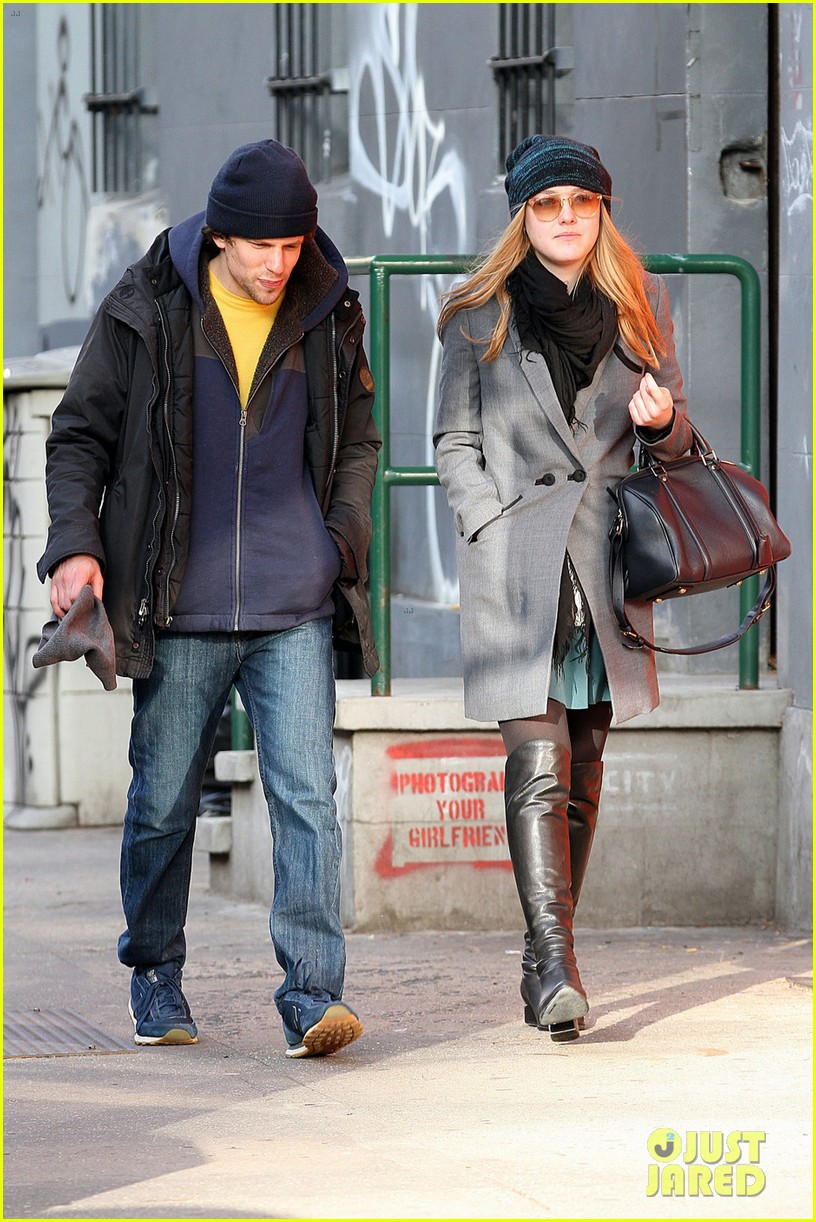 dakota fanning soho stroll with jesse eisenberg 082765970