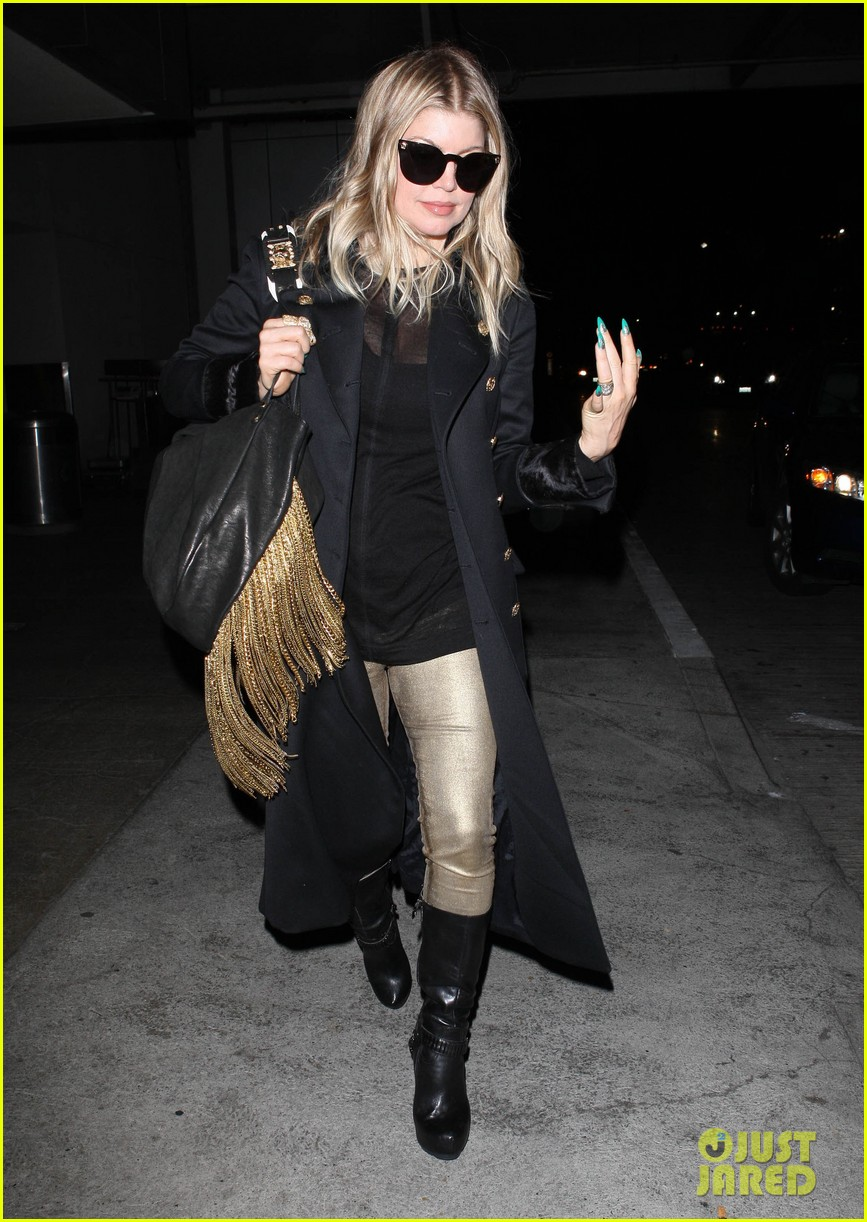 fergie pointy green nails at lax 01