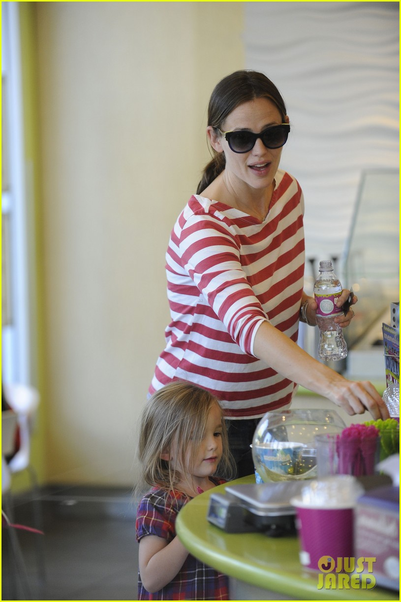 jennifer garner ice cream treat with violet seraphina 04