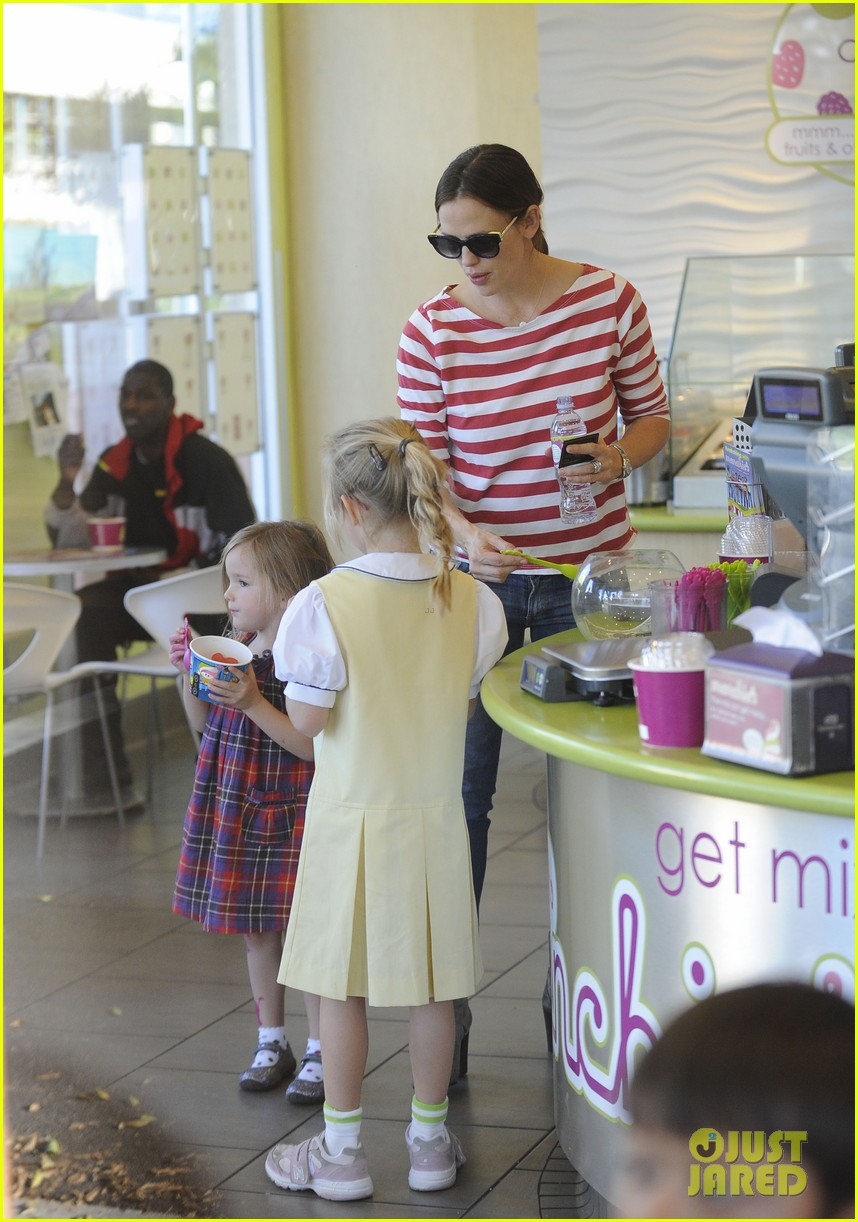 jennifer garner ice cream treat with violet seraphina 07