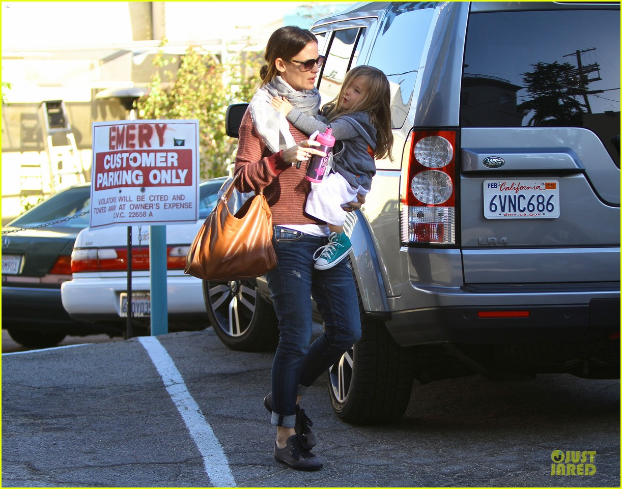 jennifer garner emery academy & martial arts stop with seraphina 03