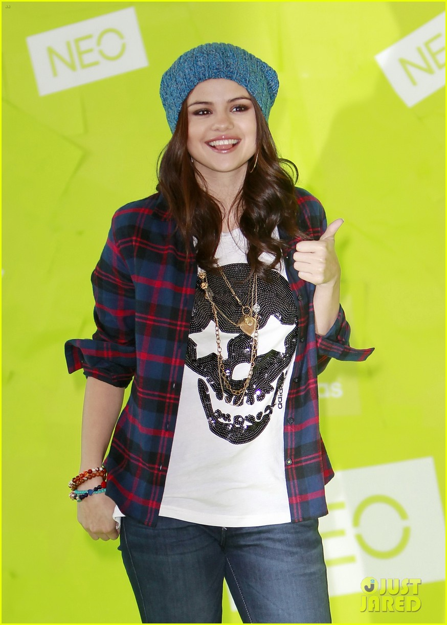 selena gomez thumbs up for neo photo call 10