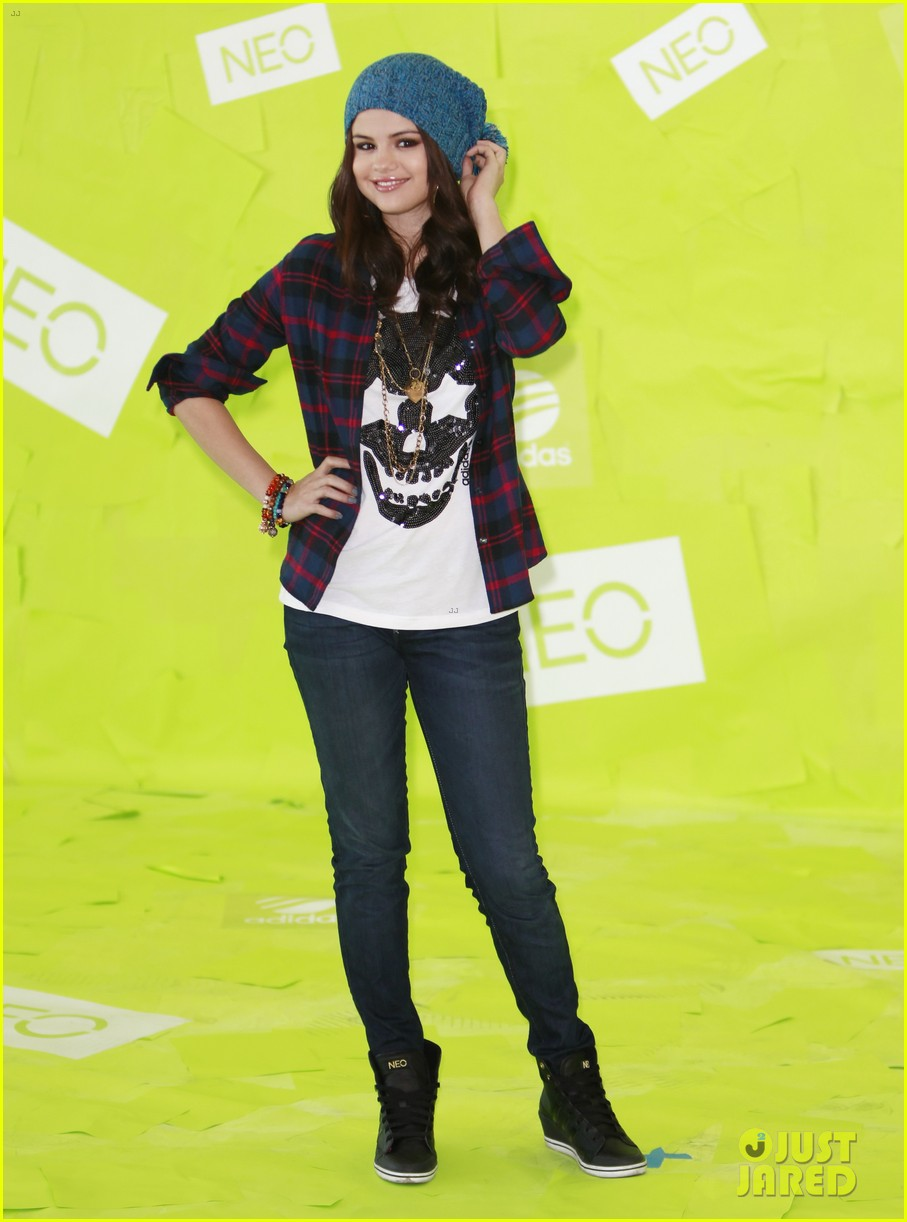 selena gomez thumbs up for neo photo call 12