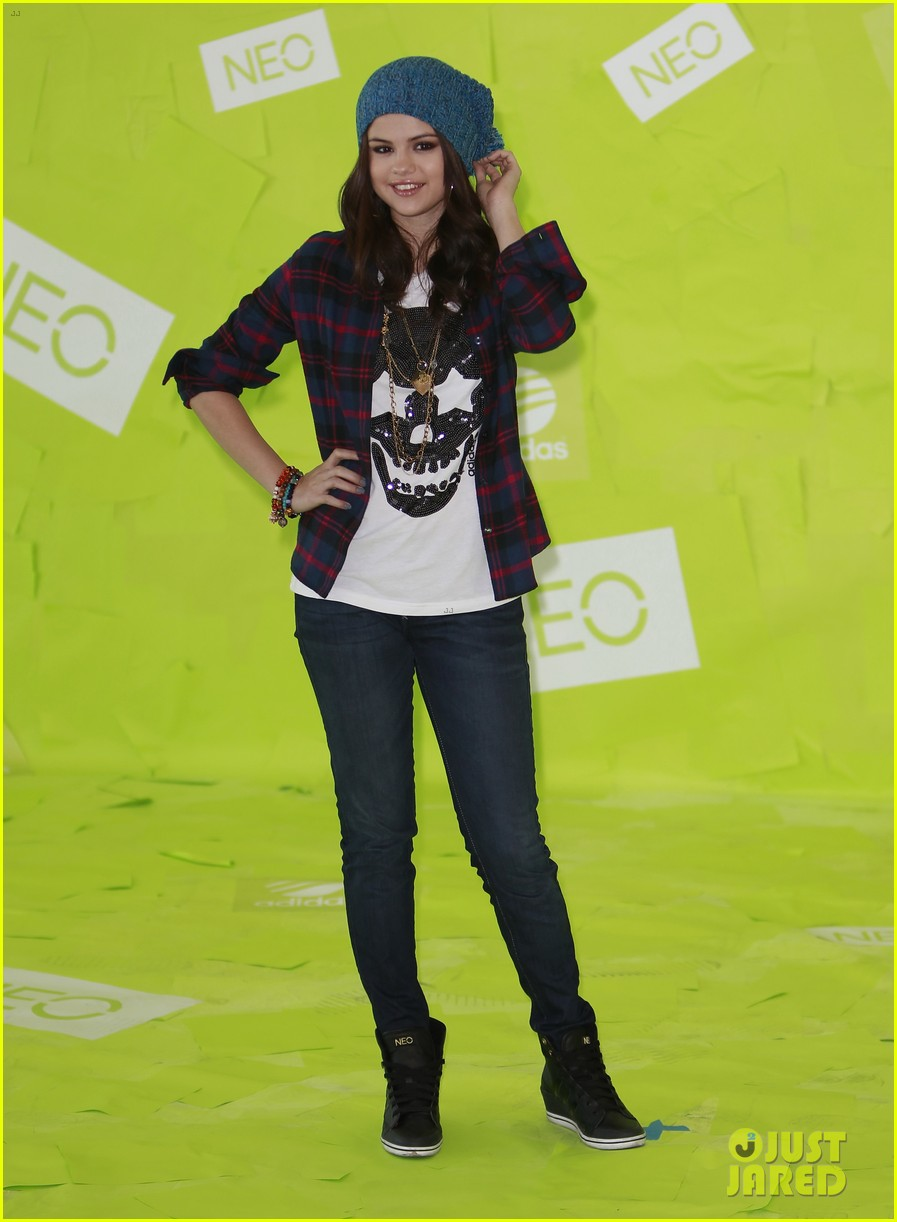 selena gomez thumbs up for neo photo call 132761484