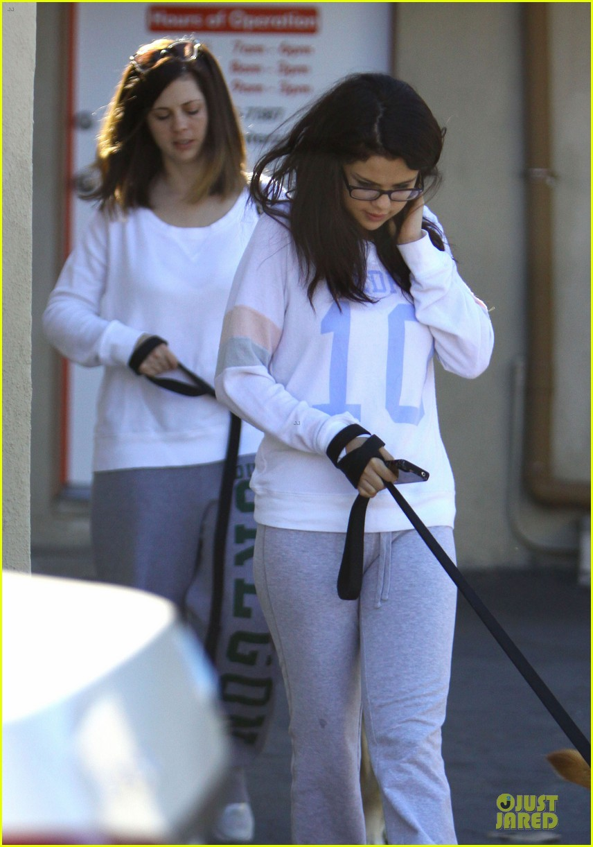 selena gomez vet stop with mother mandy 02