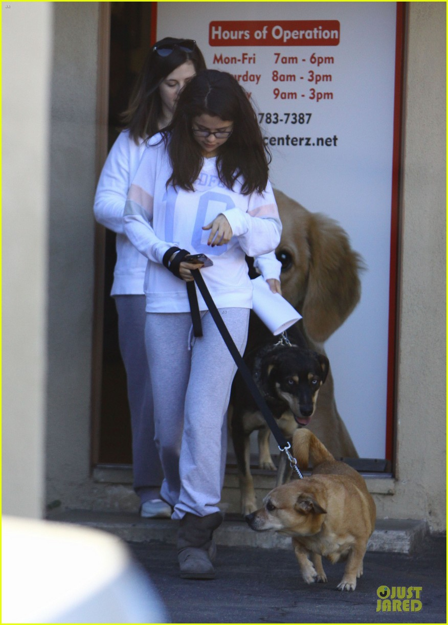 selena gomez vet stop with mother mandy 06