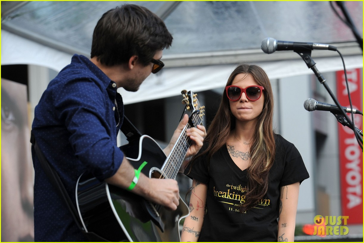 ashley greene nikki reed twilight fan camp concert 15