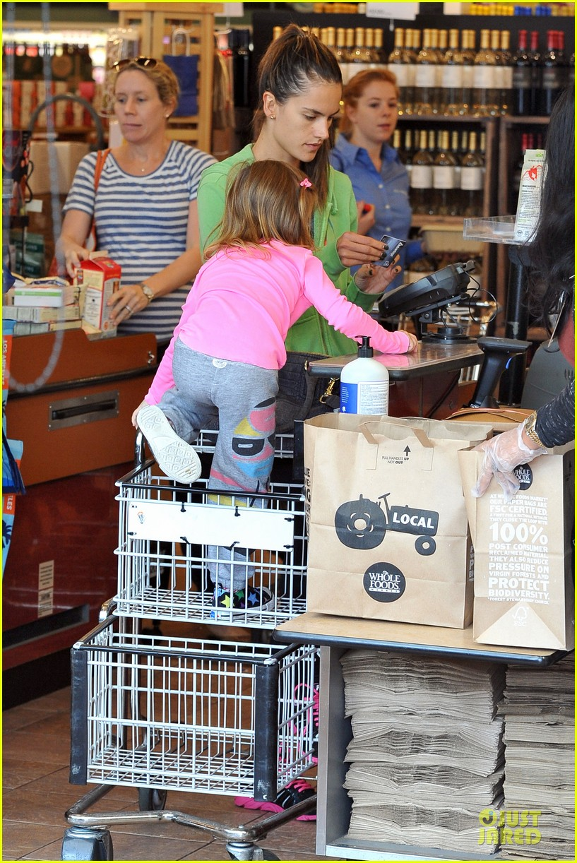 alessandra ambrosio grocery shopping with anja 14