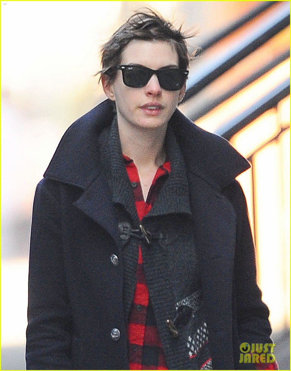 anne hathaway oscars hosting gig was massive failure 022760740