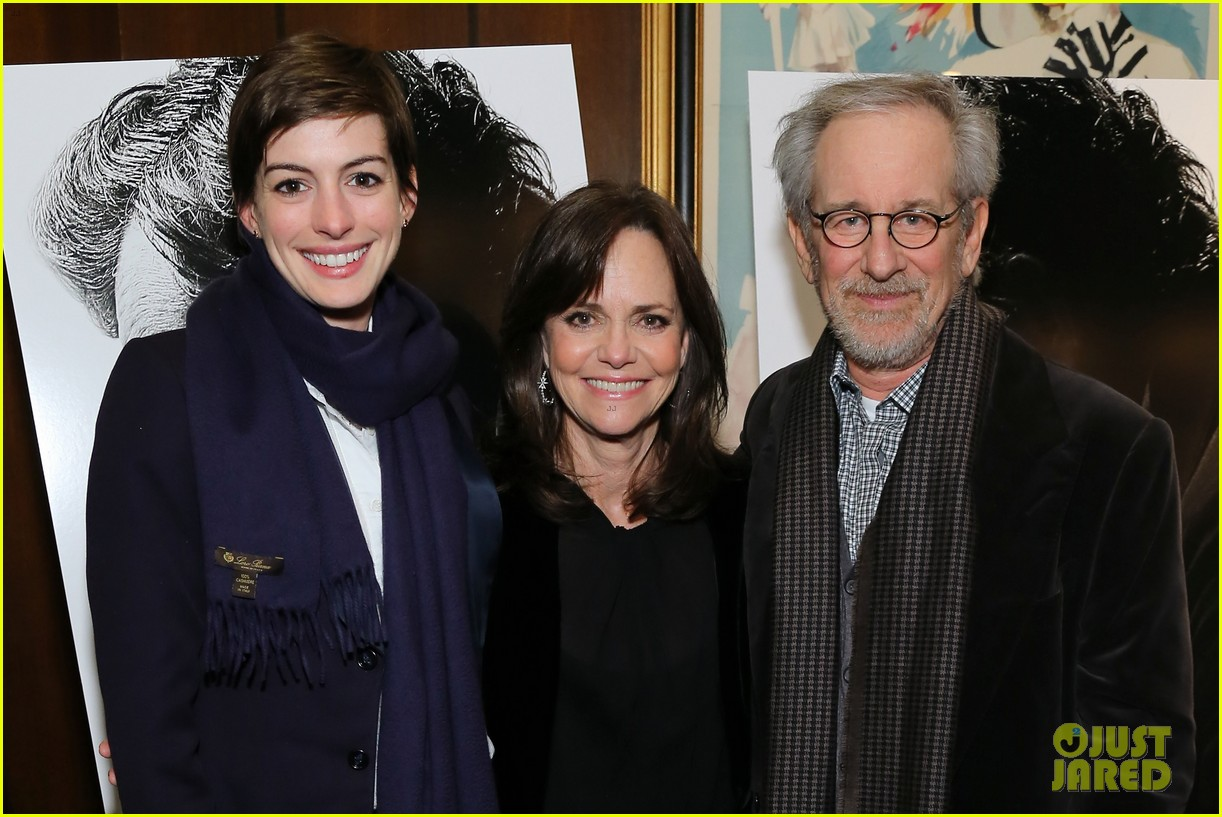 anne hathaway lincoln screening with steven spielberg 06