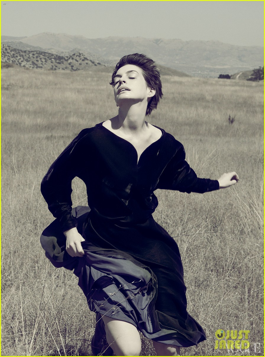anne hathaway covers vogue december 2012 05
