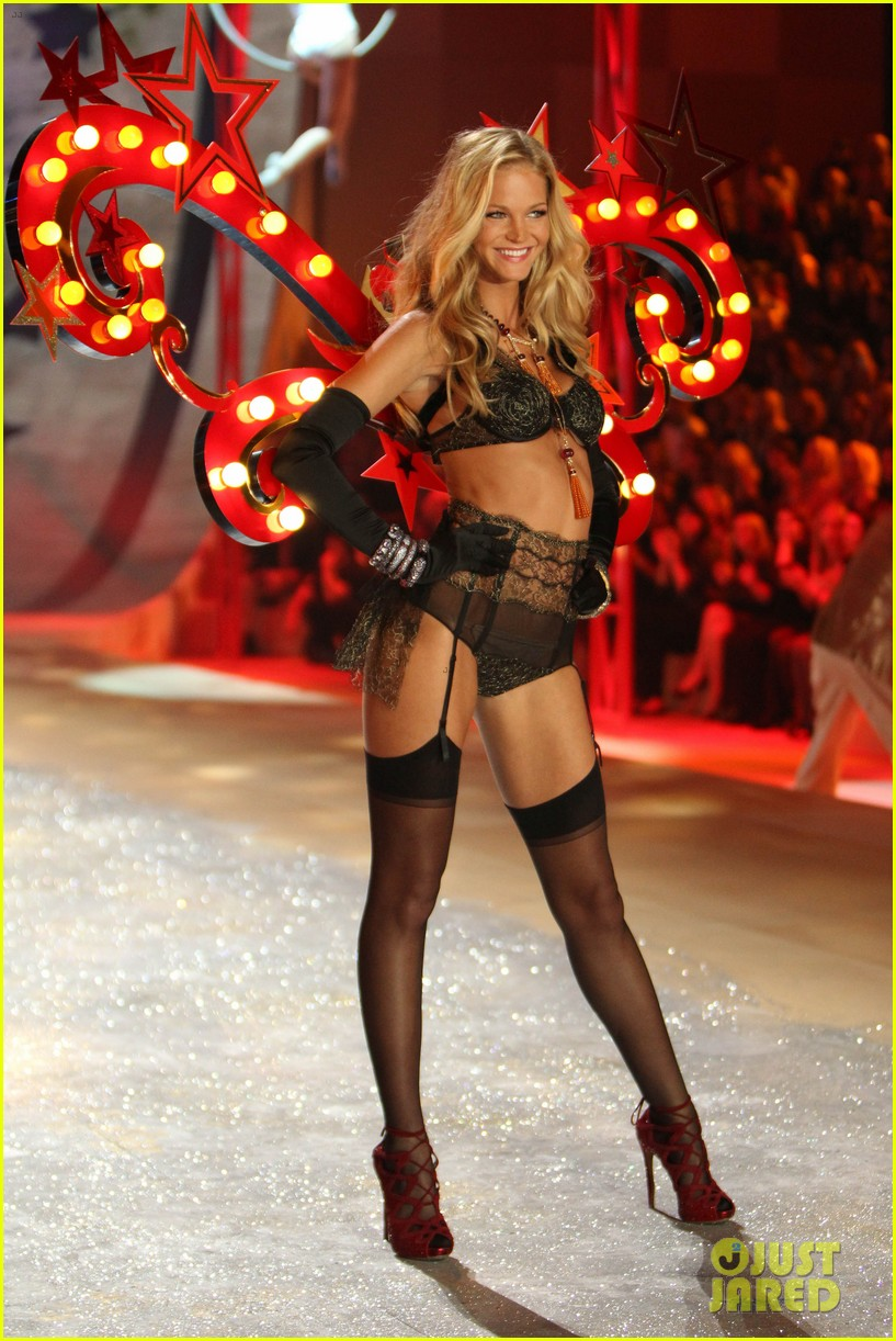 erin heatherton behati prinsloo victorias secret fashion show 2012 092753125