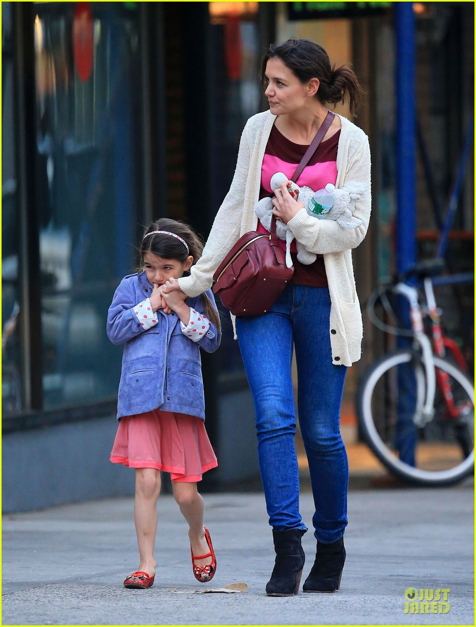 katie holmes suri ice cream cone sharing with suri 01