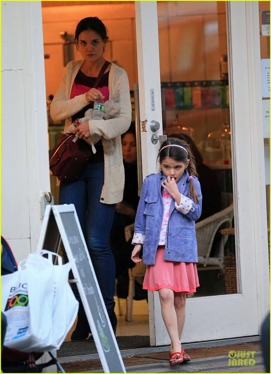 katie holmes suri ice cream cone sharing with suri 03
