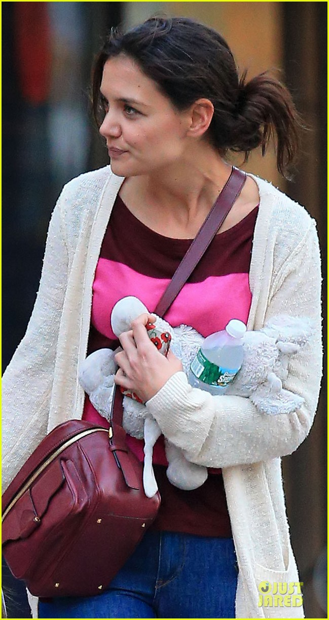 katie holmes suri ice cream cone sharing with suri 04